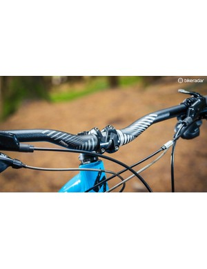 At 750mm wide, the Specialized All Mountain Riser bar is a good match for the Stumpjumper