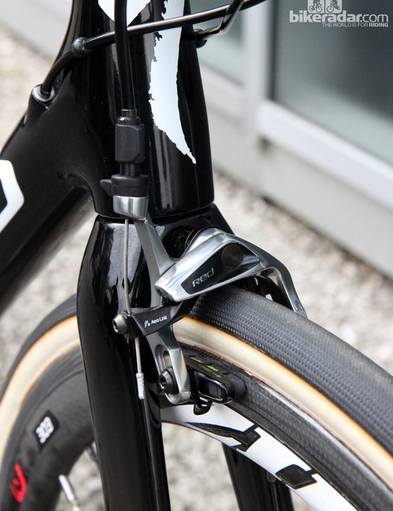The SRAM Red 22 brake calipers have more than enough reach to wrap around the 28mm-wide FMB/Specialized tubulars