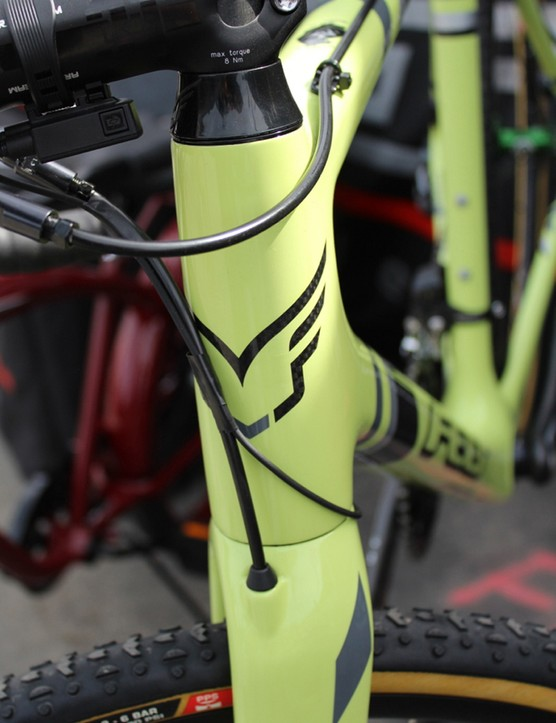 The carbon fork has a tapered steerer and internal hydraulic routing