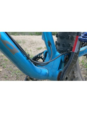 Cable routing runs along the top of the down tube. There is also a port for RockShox Reverb Stealth dropper seatpost