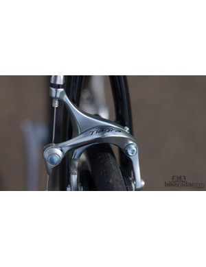 As with the cranks, Cell uses Shimano Tiagra brakes to achieve the low price point. These brakes are still great, but feature a cheaper, one-piece brake pad