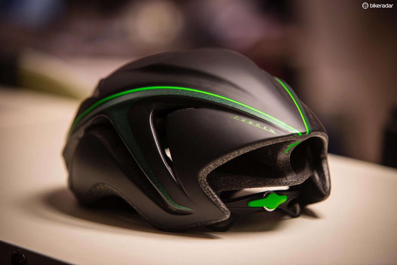 The CVNDSH Evade is based on the aero-optimized S-Works Evade helmet