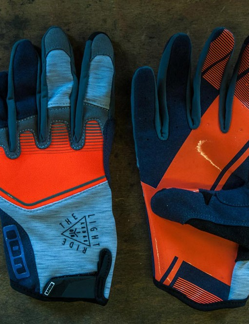 The grippy palms and velcro wrist closure make the Ledge gloves ideal for enduro riders