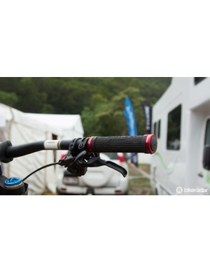 Steve Peat's 'Peaty' signature Lizard Skins grips are used by the Syndicate team