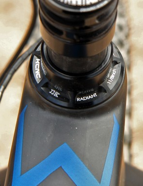 KCNC fills in the headset duties with its Radiant model. Hidden inside the steerer is an expander plug from Mcfk