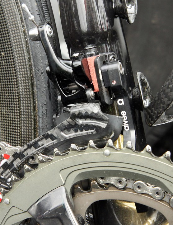 The front derailleur uses Shimano-like geometry with a very long and upright lever arm, which suggests a faster shift to the outer chainring for a given amount of shift lever movement
