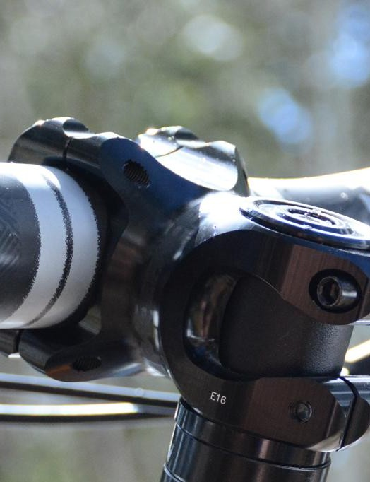 A 50mm Race Face Turbine R stem clamps a 35mm Race Face SixC 800mm-wide bar