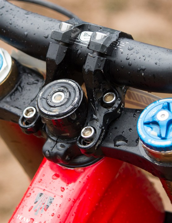 A short direct-mount stem keeps the bars close and a rider's weight rearward