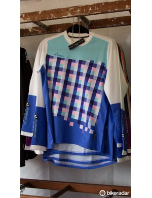It's the same ladies' gravity jersey as before, but in a different pattern and colour. There are a total of four designs for this particular garment