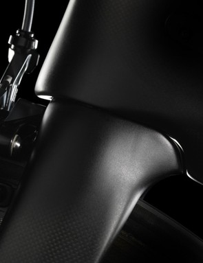 The Pinarello Dogma F8 headset is integrated and the fork/head tube junction is reminiscent of the Dogma 65.1