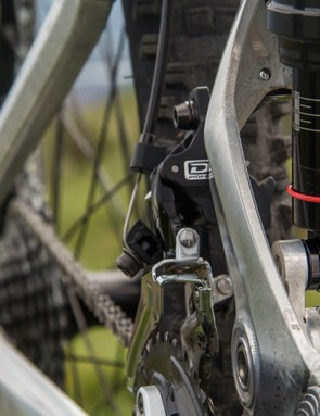 The shock of the Escarpe is no longer fixed to the front triangle of the frame