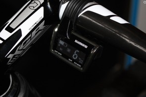 The LCD handlebar display communicates essential information such as battery level, gear position and shift mode