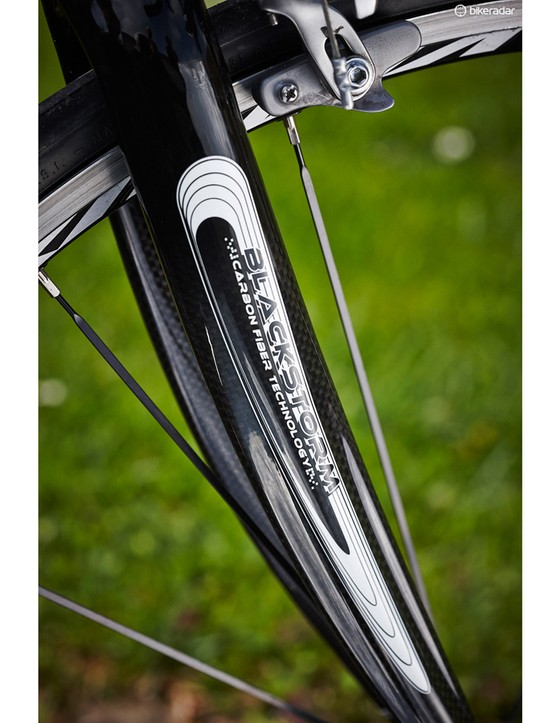 A carbon fork – with mudguard mounts – complements the Ti frame with its hidden rear mounts