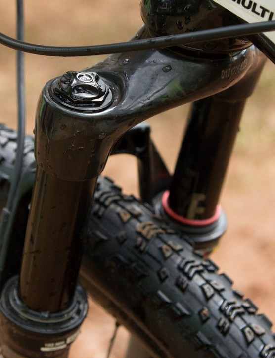 Keeping the front end low is a height-reduced RockShox 80mm fork