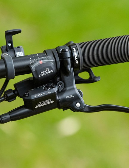 The RockShox lockout lever is located on the bars with the Tecktro Auriga Comp brake lever and Shimano Deore shifter