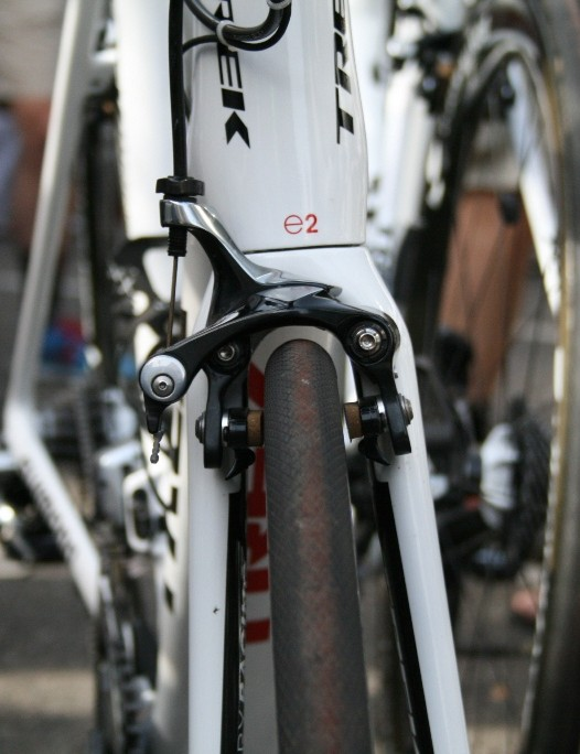 The neat front end keeps the e2 asymmetric steerer