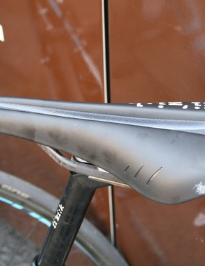 A Fi'zi:k Arione saddle with braided carbon rails and Versus channel on Bardet's bike