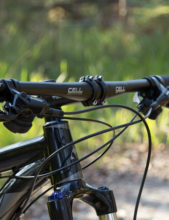 A wide 710mm and comfortably swept handlebar is a perfect complement for the big 29