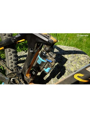 The rocker helps the suspension provide 160mm travel in DH mode, 130mm in XC