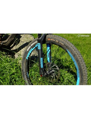 SRAM ROAM 50 wheels and RockShox Pike fork – sturdy and capable