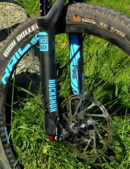 SRAM ROAM 50 wheels and RockShox Pike fork – sturdy and capable
