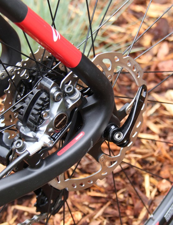 The rear brake mount is tucked between the seat- and chainstays