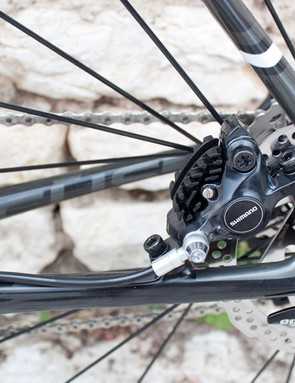 The rear brake calliper is tucked unobtrusively in the rear triangle, with neat internal hose routing. Focus specifies 160mm rotors front and rear.