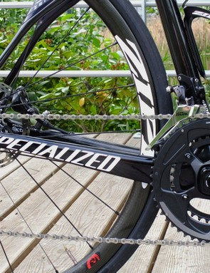 We tested with a 50/34t compact crank and a 11-32t WiFli cassette. Despite our attemps to induce problems through cross-chaining and shifting at ill-advised times, the group performed flawlessly