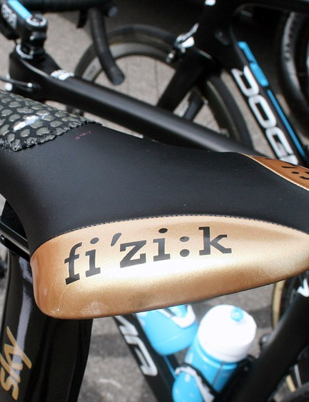 Wiggins sits atop a gold coloured fi:zi'k Ares TT saddle