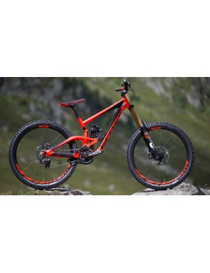 The Scott Gambler 710 in all its glory with a mixture of Shimano Saint and Zee components, Syncros finishing kit, Schwalbe Magic Mary tyres and Fox suspension. The gloss black and matt neon red really pop in the flesh