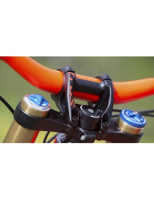 Backing up the new Gambler is a coordinated Syncros bar and stem. The stem and bar are the new 35mm standard and are adjustable from 42 to 47mm in length with an 800mm wide by 20mm rise bar