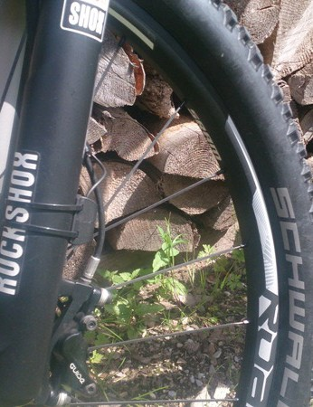 When the fork-mounted sensor feels a bump, it opens the shock within 0.1 seconds. Smooth terrain and pedalling over 35RPM moves the shock to either a platform or closed