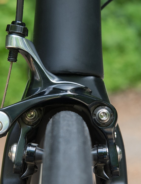 Like the rear, the front brake is also a direct-mount model. The fork is shaped similar to the brake for smoother airflow
