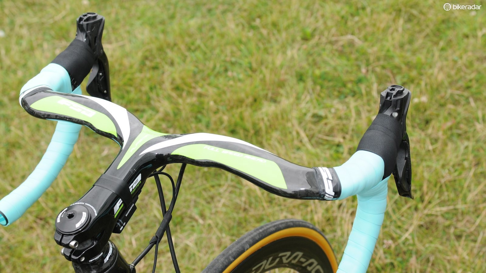 Bauke Mollema of Team Belkin chooses to forego the rubber hoods on his Shimano Di2 levers
