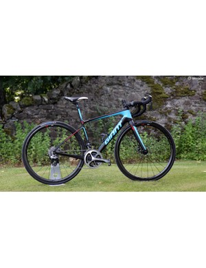 The new Giant Defy Advanced SL offers race bike performance but with a smoother ride, hydraulic disc brakes, and (officially) clearance for 28mm wide tires. As shown here, this top-end Defy Advanced SL 0 model (size small) weighs just 7.75kg (17.09lb) complete with pedals and a bottle cage