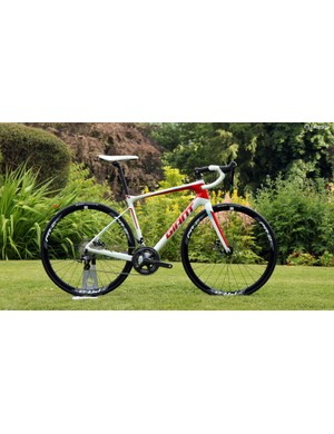 The Giant Defy Advanced Advanced 1 Compact comes with an aluminium steerer, Shimano Ultegra mechanical group, Giant P-R2 disc wheels, and TRP Spyre cable-actuated disc brakes