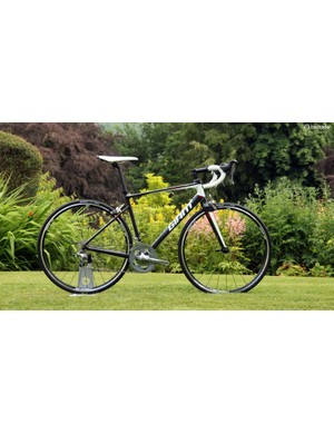 The top-end aluminum Giant Defy model is the Defy 1 Compact, which uses many of the same design philosophies as the carbon models such as the D-shaped seatpost and seat tube, offset seat cluster, and slim seat stays