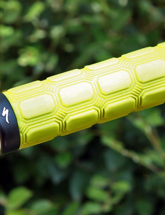 The Specialized Enduro XL Locking Grips feature a tacky surface, aramid-reinforced rubber and a single inboard clamp