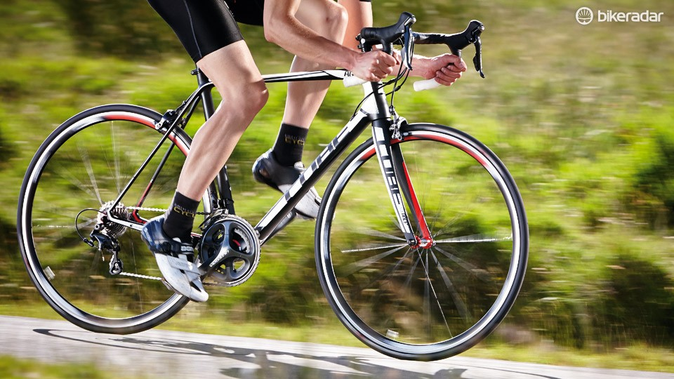 A low overall weight and close gear ratios make it easy to keep a smooth cadence on the Cube Agree GTC