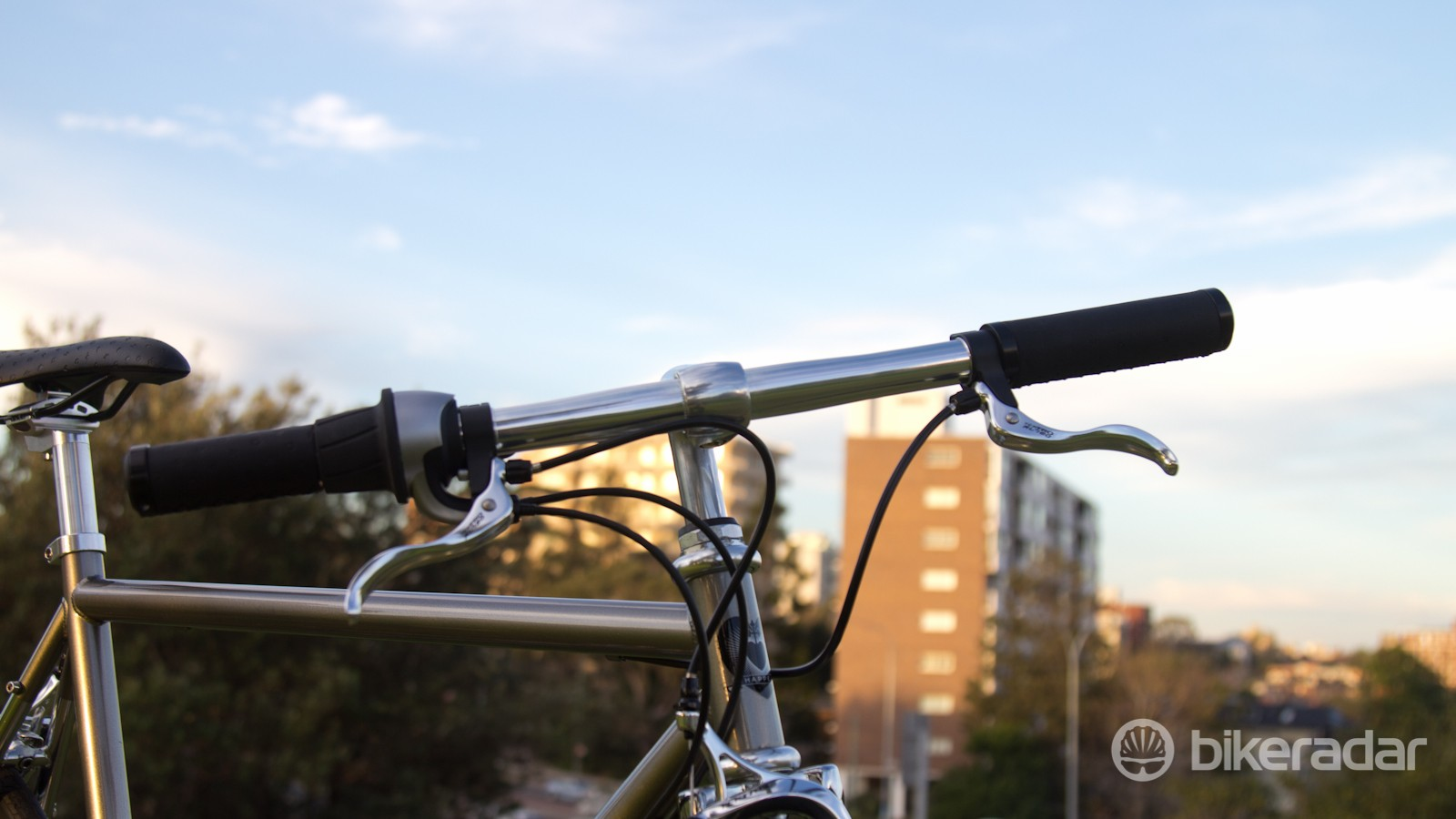 Narrow handlebars help cut through traffic. But at just 540mm, they make the handling a little twitchy