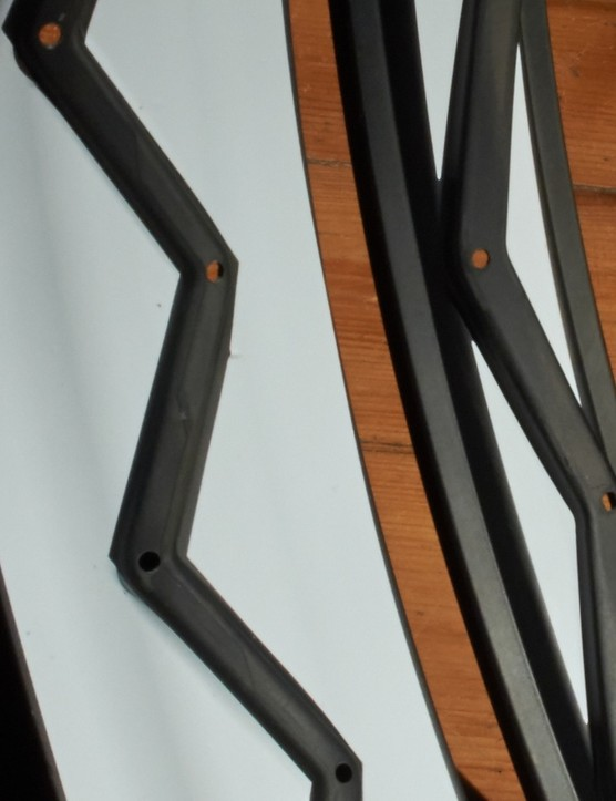 Like Kuroshiro's carbon fat bike rim (left) the Ensō 950 (right) uses an alternating spline to add rigidity to the rim