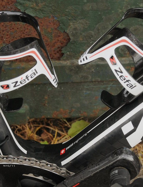 A pair of French Zefal carbon cages take care of bidon duty