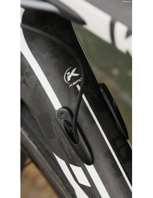 The Di2 cable entry in to the down tube uses obvious mechanical ports, and again lacks a specific grommet