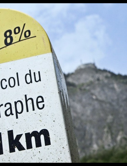 Distance marker at the foot of the Télégraphe momument