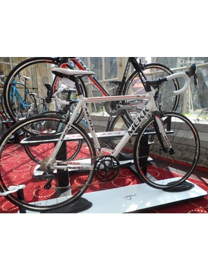 Mekk's entry-level AL ZR comes generously kitted with Shimano RS20 hoops and Continental Ultrasport rubber
