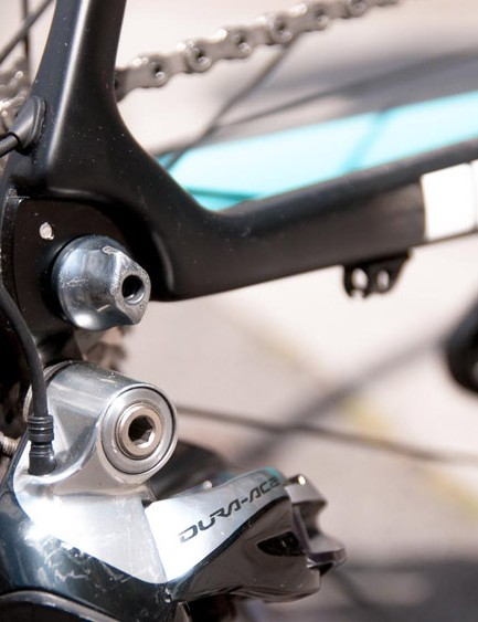 Full carbon dropouts help keep the frame weight down to 950g