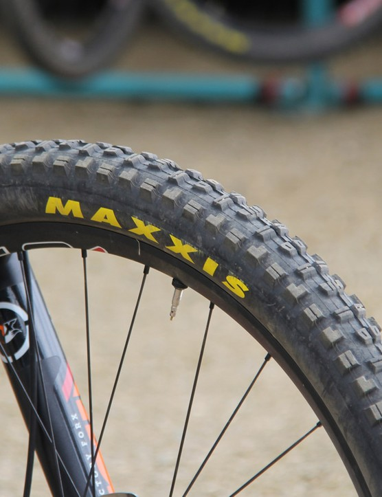 Graves chose to run a grippy Maxxis Minion DHR II front tire with a fast rolling Maxxis Ikon in the rear