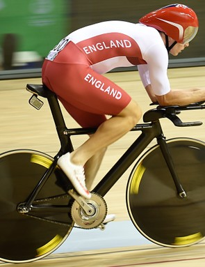 Steven Burke has another basebar with totally straight bullhorns. This angle also shows off the gorgeous naked carbon weave of the UK Sport frame. The SRM cranks complete with an aero, gapless chanring are clearly visible. Like others Burke is using the UK Sport aero helmet developed for London 2012