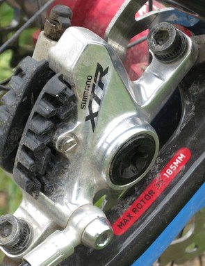 The post-mount disc brake tabs are positioned on the chainstay