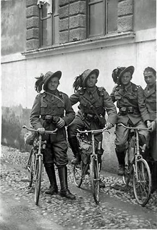 A group of Italian cyclists during the First World War – instead of helmets, these troops wear the tradition hat of the Bersaglieri regiment. The light infantry unit was distinguished for its mobility, which is why during the war it utilised the bicycle more than any other military unit